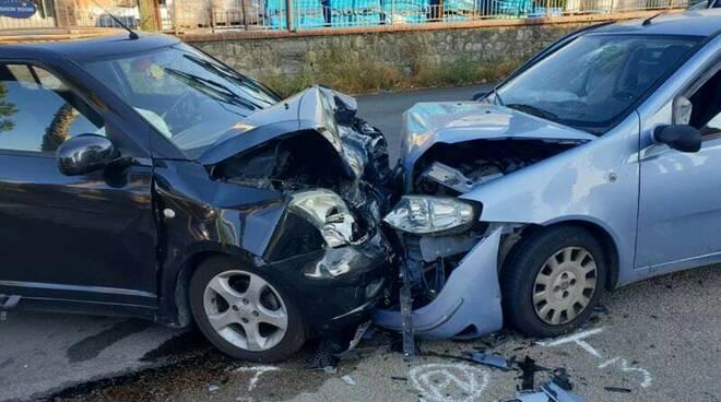 incidente frontale tra due auto, ferite anche due ragazzine