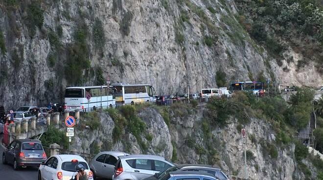 La sosta selvaggia sulla SS 163 è una delle cause dell'intenso traffico in costiera amalfitana