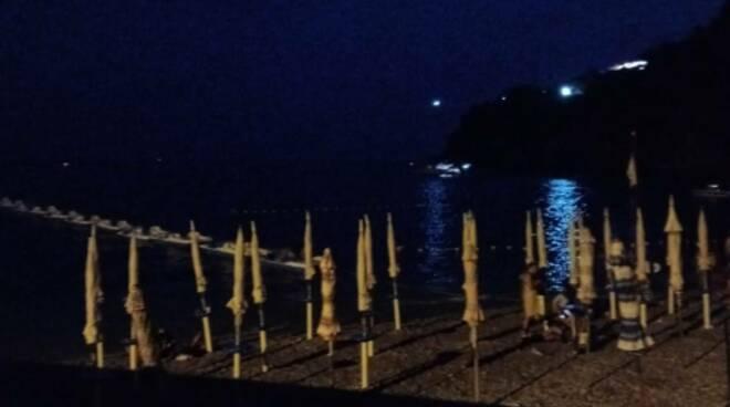 """Maiori/Cetara: lo strano caso della spiaggia libera diventata """"attrezzata"""""""