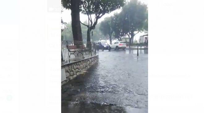 Maiori, un forte temporale crea disagi alla città con strade allagate