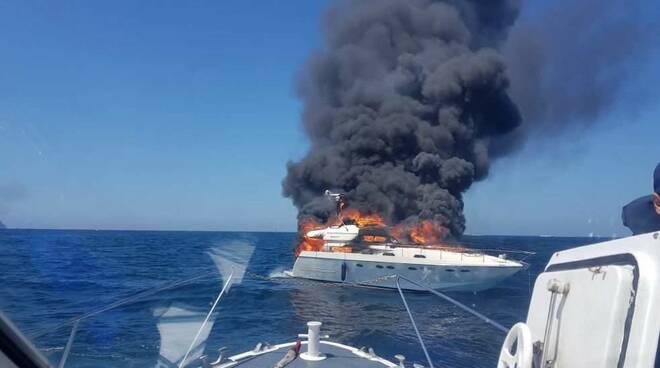 Paura a Capri: barca divorata dalle fiamme