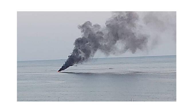 Paura ad Acciaroli per una barca in fiamme che poi affonda. Salvi gli occupanti