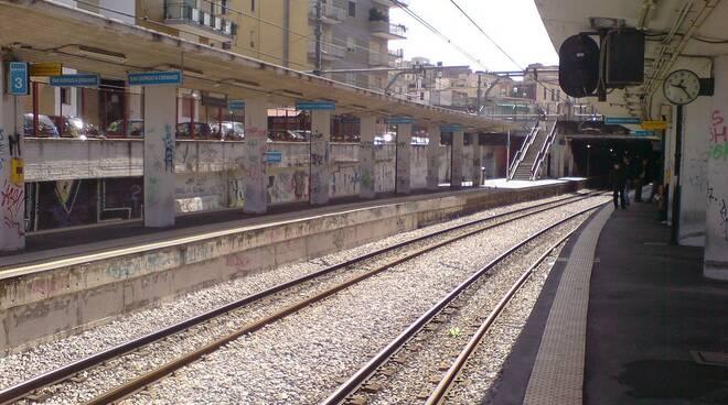 Persona tra i binari alla stazione di  San Giorgio a Cremano