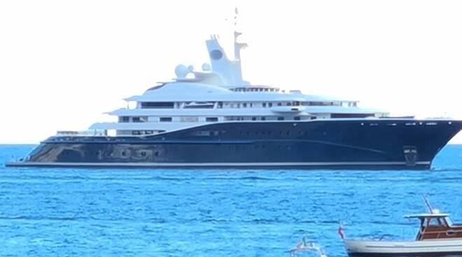 Positano: arriva Al Mirquab, uno degli yacht più grandi al mondo
