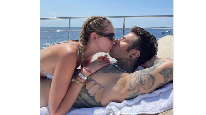 Positano, Chiara Ferragni e Fedez innamorati come il primo giorno. Virale la foto di un loro bacio carico di passione