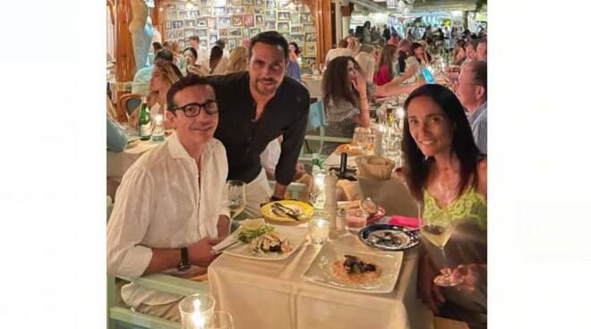 """Positano, Gino Sorbillo si rilassa al ristorante """"Chez Black"""" in compagnia della moglie Loredana"""