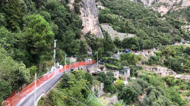Positano, il camion che ha trasportato i generatori di corrente lascia Montepertuso