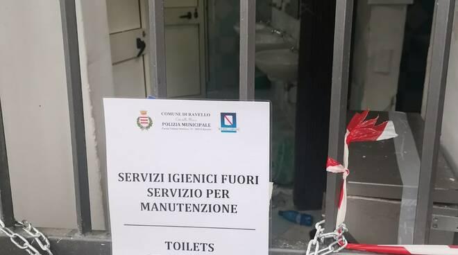 Ravello, chiusi i servizi igienici di piazza Vescovado, regnano incuria e degrado