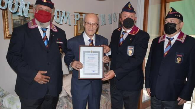 Salerno, la polizia festeggia il poliziotto che ha compiuto 100 anni