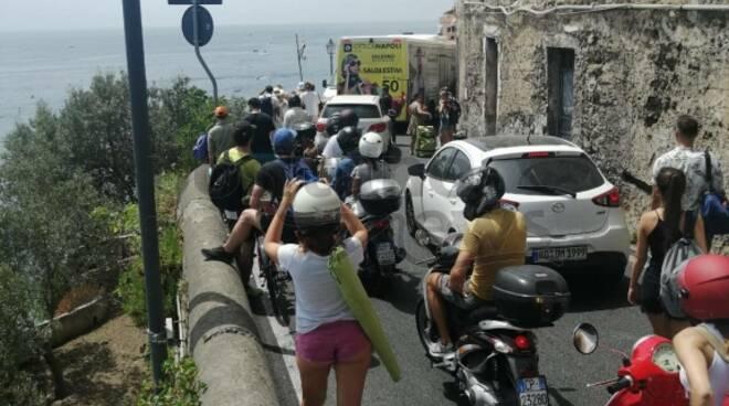 Torna il traffico in Costiera Amalfitana: a Ravello bloccata anche un'ambulanza