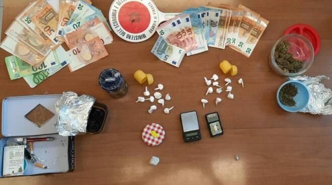 Trasferta a Meta per vendere stupefacenti: arrestati due spacciatori