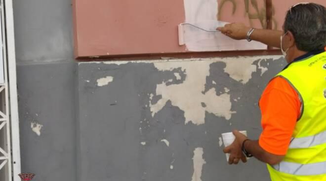Via le scritte della criminalità nelle strade: partita l'operazione a Castellammare di Stabia