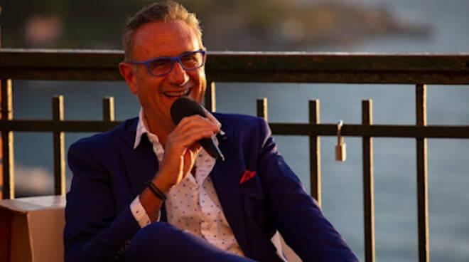 """Vico Equense, Gino Riveccio presenta il suo nuovo libro """"Siamo nati per soffriggere. Riflessioni ai fornelli"""" a Le Axidie"""