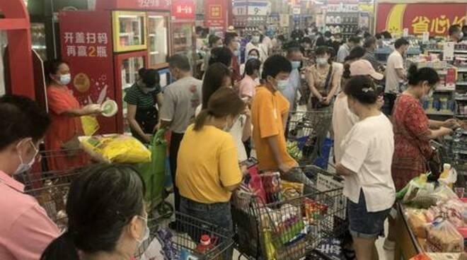 Wuhan rivive l'incubo: flop dei vaccini, ritorna il coprifuoco