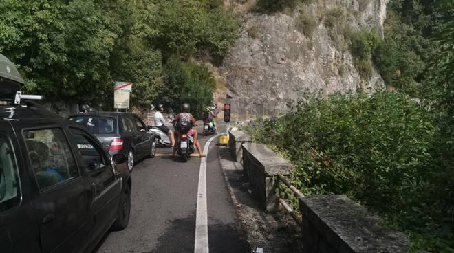 Autobus turistico passato col semaforo rosso in direzione Positano