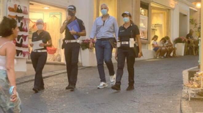 Bici elettriche e monopattini: a Capri guerra alle corse tra turisti