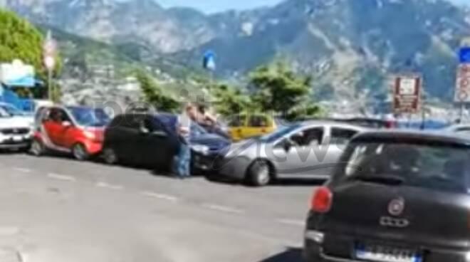 Caos traffico a Castiglione di Ravello: bus bloccati