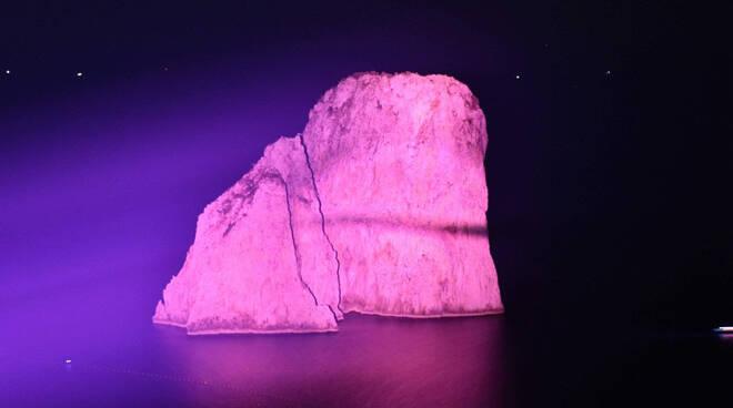 Capri: i Faraglioni si tingono di rosa per la prevenzione e la cura del tumore al seno