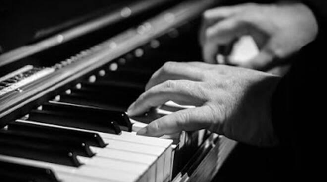 Note di Notte, un pianoforte a coda sul sagrato della Chiesa Madre per celebrare la Musica