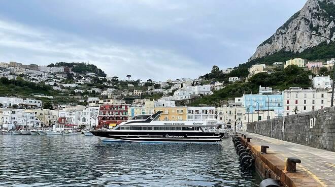 Yacht in panne nel Golfo di Napoli: soccorso dalla motonave Freccia D'Argento