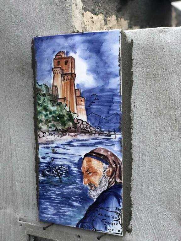 Cetara, Giuseppe Angelino lascia l'ufficio locale marittimo ed omaggia la città con una mattonella dedicata