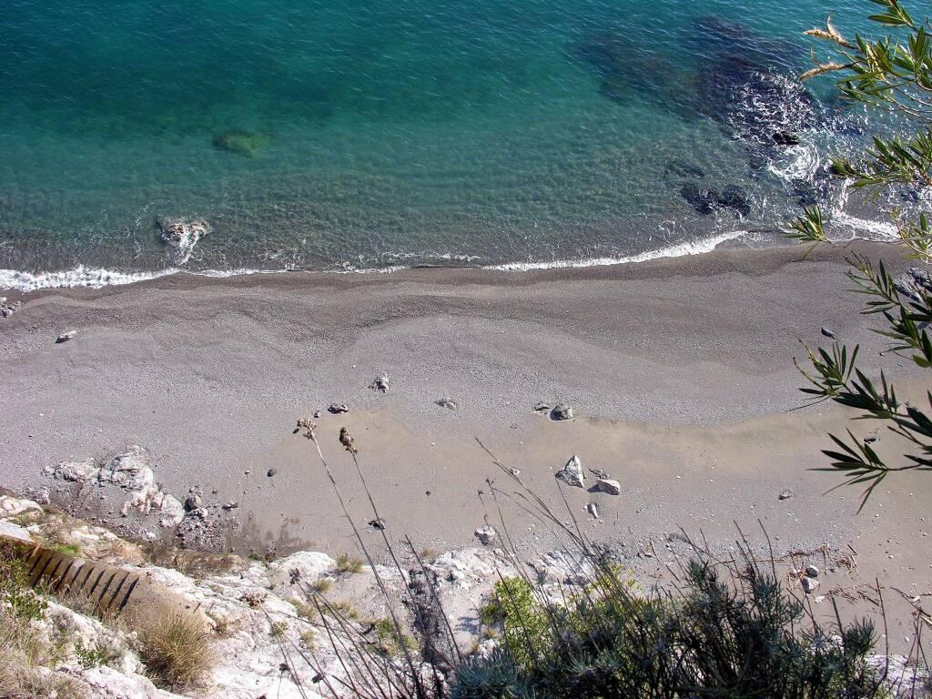 """Comitato Vietri Attiva: """"La spiaggia divisa tra bene pubblico non fruibile e bene pubblico privatizzato"""""""
