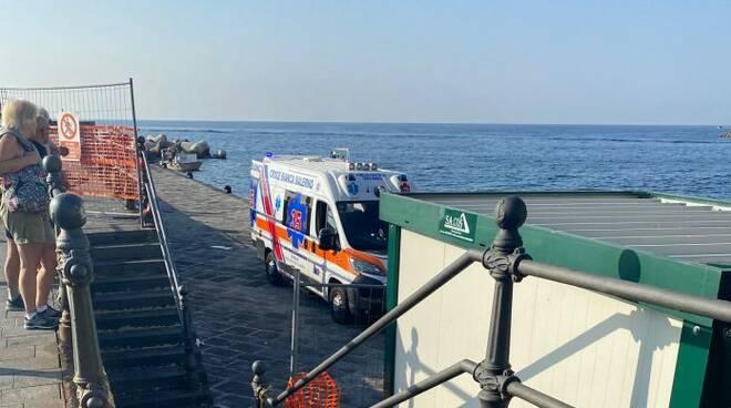 Costiera Amalfitana, cade dalla barca per scattarsi un selfie: trovato dopo una notte in stato di ipotermia