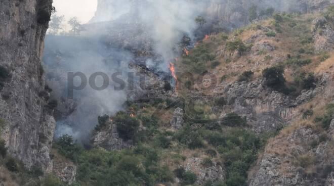 Incendio a Positano al confine con Tordigliano