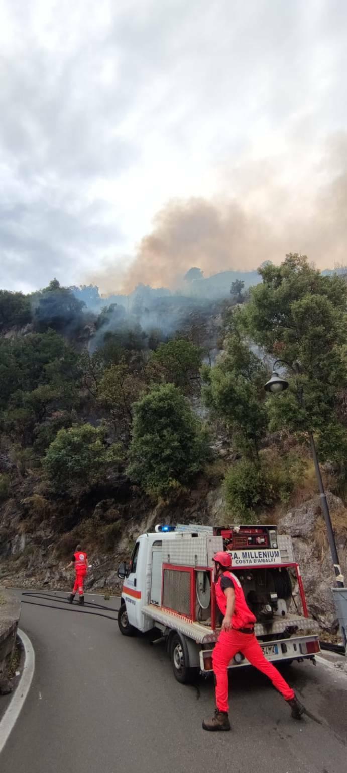 Incendio in Costiera: fiamme tra Conca dei Marini e Vettica di Amalfi