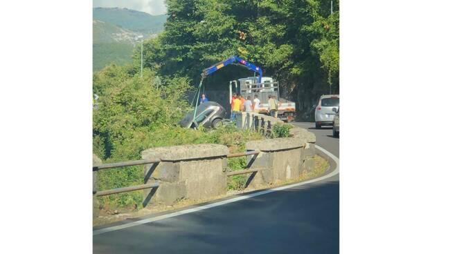 Incidente sulla Strada statale Agerolina 366, un'auto sfonda il muretto e finisce al di sotto della carreggiata