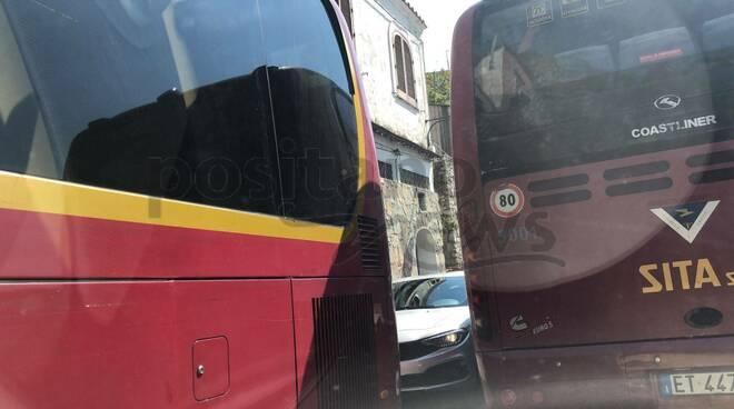 Incubo traffico a Positano: automobili completamente bloccate