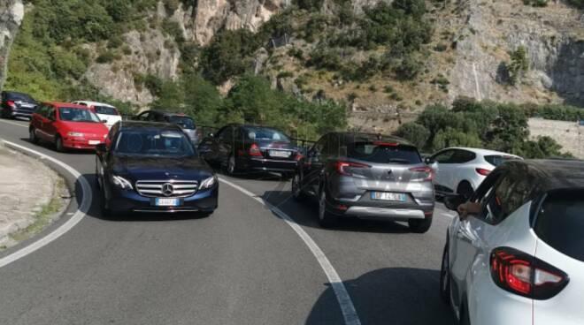 Incubo traffico: automobili ferme per chilometri in direzione Positano a causa del semaforo