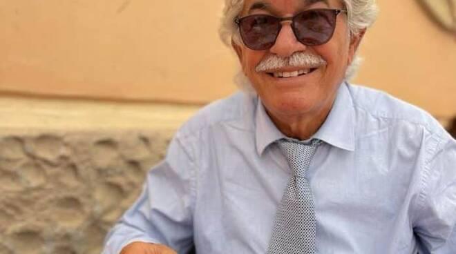 L'ex senatore Antonio Razzi gusta una pizza ad Amalfi