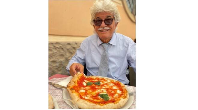 L'ex senatore Antonio Razzi si rilassa ad Amalfi godendosi un'ottima pizza
