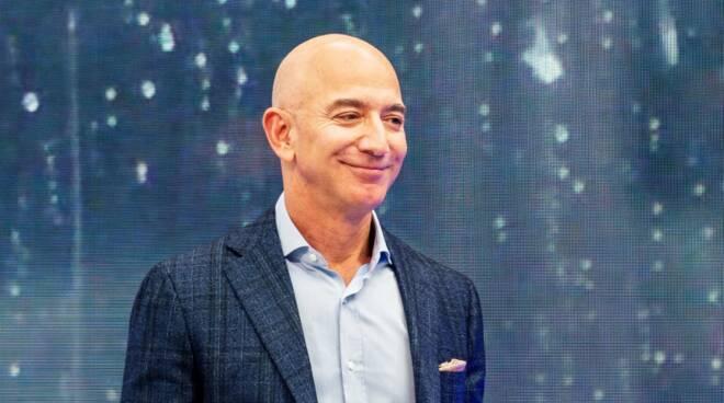 L'imprenditore Bezos a Positano regala una carta Amazon da 3.000 euro al tassista