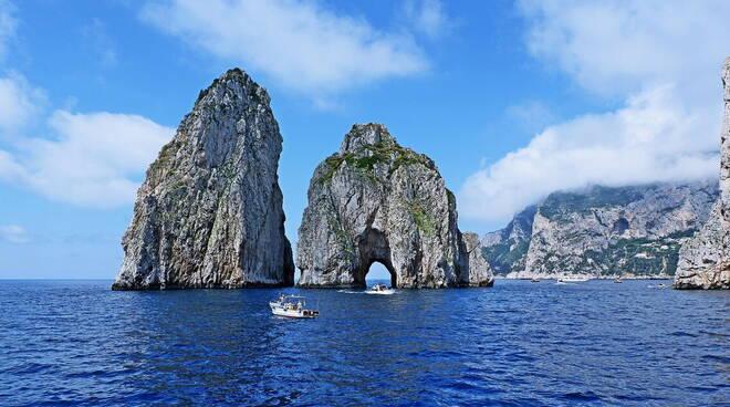 La città di Capri si è costituita parte civile nel processo contro i datterari imputati del reato contro i Faraglioni