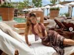 La modella inglese Demi Rose si rilassa tra Capri e Positano