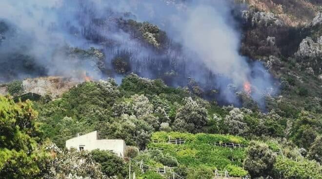 Maiori: l'incendio nei pressi del cimitero continua ad espandersi a causa del vento