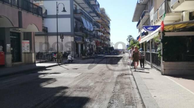 Maiori: lavori in corso sull'asfalto di via Nuova Chiunzi