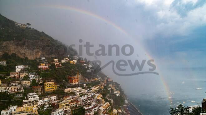 Positano bagnata dalla pioggia e baciata dall'arcobaleno