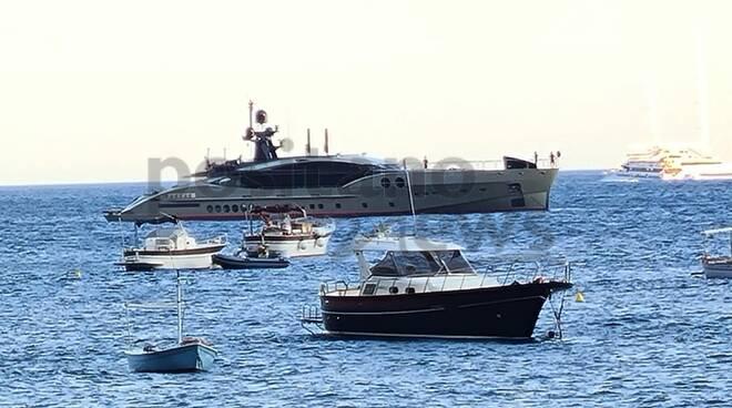 Positano, il lussuoso super yacht DB9 nella rada della città verticale