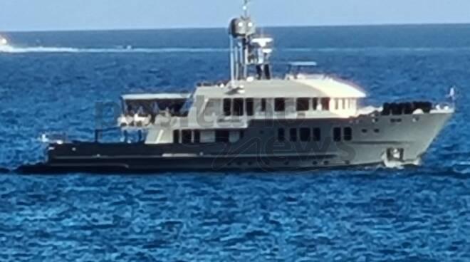 Positano, lo yacht di lusso Zulu nelle acque della città verticale
