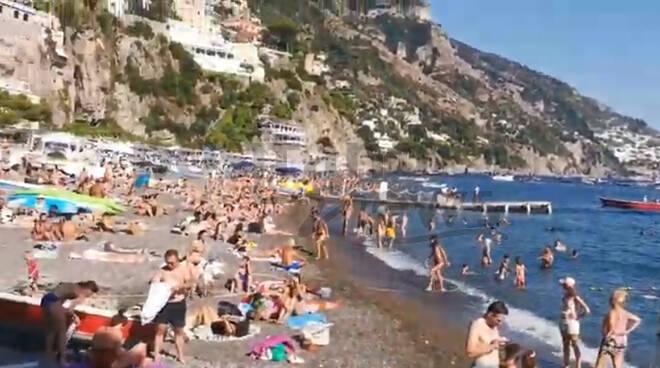 Positano, molo e Spiaggia Grande presi d'assalto dai turisti in questo inizio di settembre