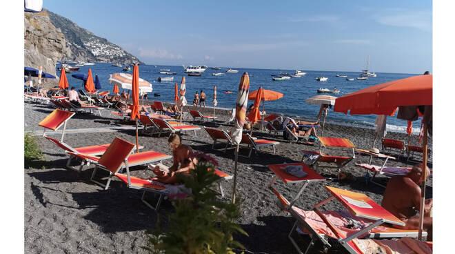 Temperature estive a Positano, gli stabilimenti balneari restano aperti