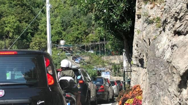Traffico a Positano: mattinata da incubo per gli automobilisti bloccati in lunghe code