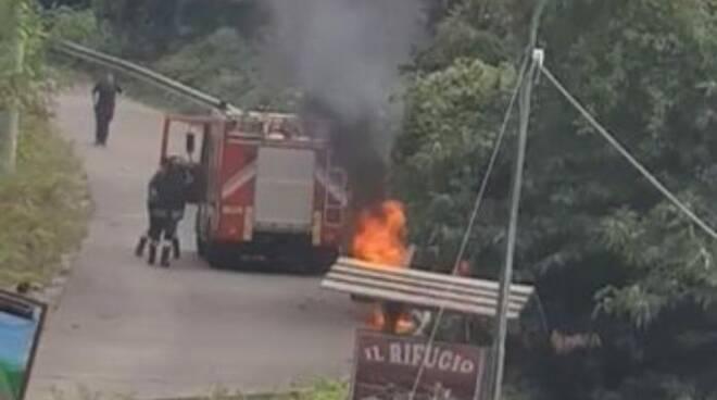 Tramonti: auto in fiamme nei pressi del Valico di Chiunzi
