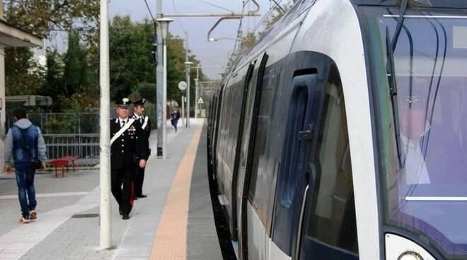 Un 25enne terrorizza i pendolari della Circumvesuviana ed è bloccato con lo spray urticante dai carabinieri
