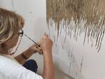 2 - L'artista Maria Pia Daidone in azione nello studio - Sacrum 2, smalti e inchiostro su tela, cm. 80x80 (1)