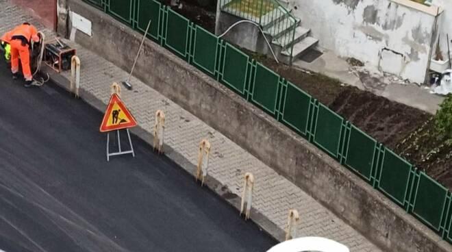 Errore nel rifacimento della strada a Maiori, paletti non rimossi
