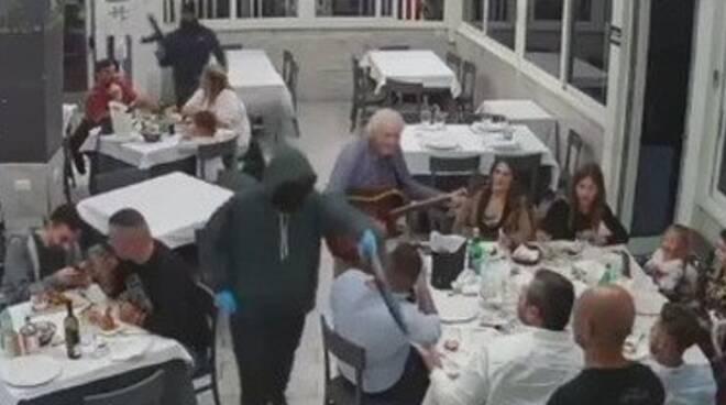Casavatore, rapina in ristorante puntando armi verso famiglie con bambini: il video